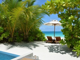 Direct beach access - All bungalows have a direct access to the beach with private sun loungers and offer you the ideal privacy.