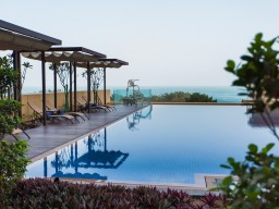 Pool area or more interested in the ocean? - Relax at the pool area or treat yourself with a refreshing in the nearby ocean of the Persian Gulf.