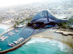 Jumeirah Beach Hotel - View from the air to the Jumeirah Beach Hotel with its huge hotel complex and a variety of sports and leisure opportunities.