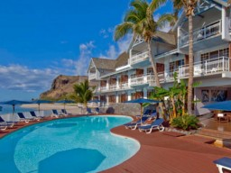 Hotel Boucan Canot - Hotel view incl. pool and the main building with it`s simple but very stylish design.