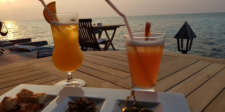 Den Sunset geniessen in der THARI Lounge Bar auf Gangehi Island